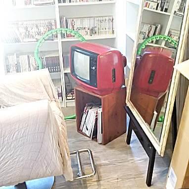 美容室に設置されたブラウン管テレビ